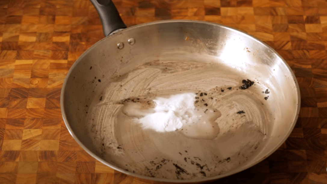 Clean stainless steel pan by baking soda