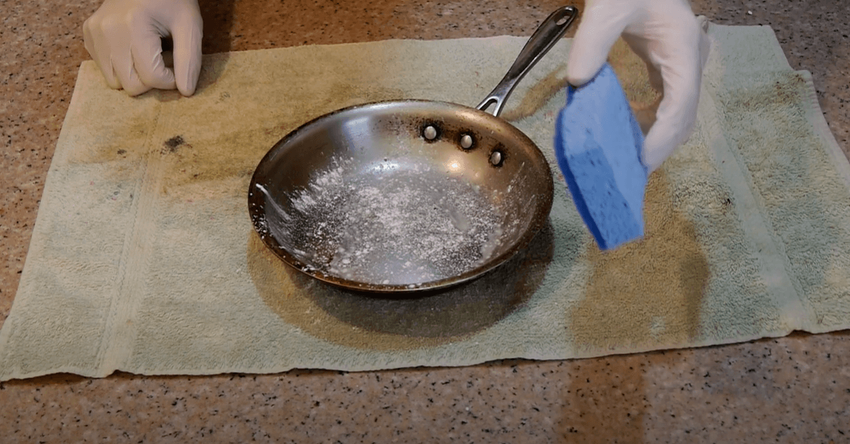 How-to-clean-burnt-pan